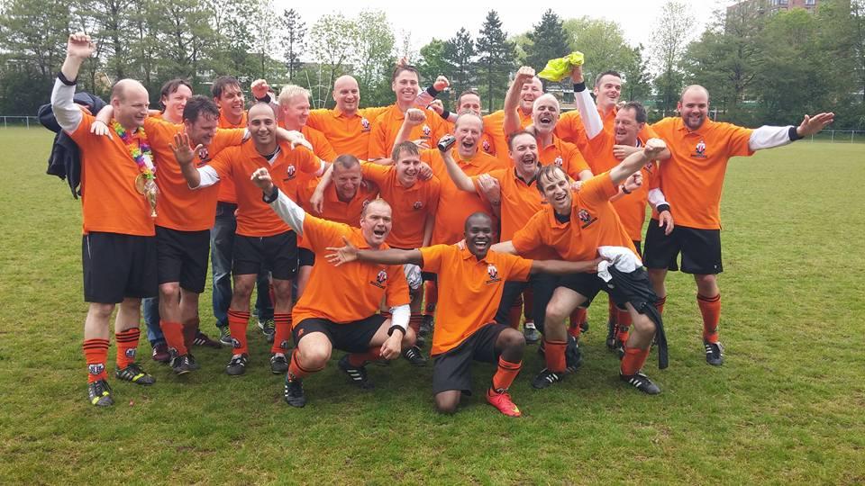 Nieuwe shirts voor het kampioenselftal. SVS met 10-2 verslagen.